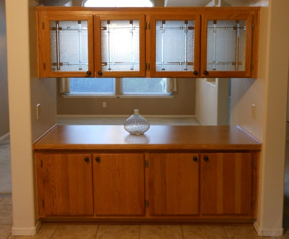 Cabinets and bar inbetween dinignroom and kitchen